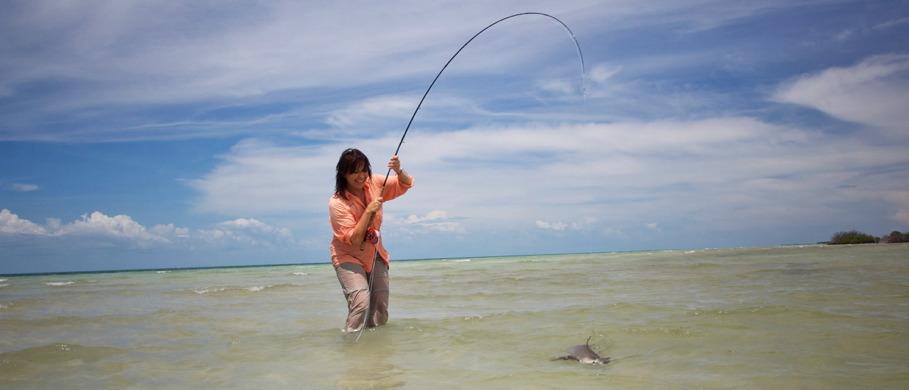 Mirjana Pavlic mit einem Hai - ohne das richtige Stahlvorfach hätte es hier keine Chance gegeben.