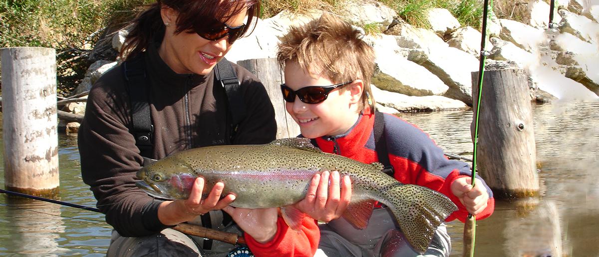 Mirjana Pavlic mit Streamer beim Fliegenfischen erfolgreich