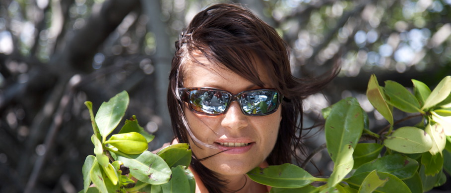 Wichtig für gute Sicht beim Fliegenfischen - Mirjana Pavlic mit einer Costa Polarisationsbrille.