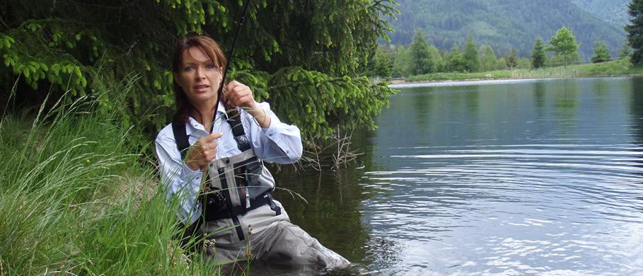 Mirjana Pavlic beim Befischen eines Stillwassers