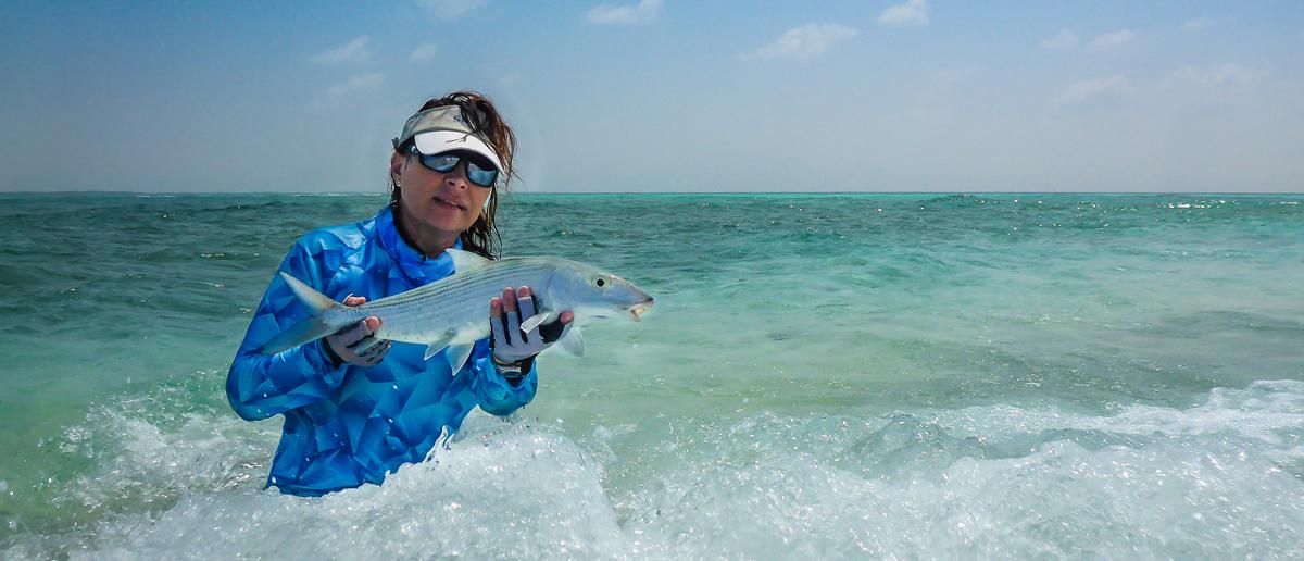 Besonders beim anspruchvollen Fliegenfischen im Salzwasser ein unbedingtes Muss, eine Costa Polbrille. Mirjana Pavlic präsentiert das Ergebnis - einen schönen Bonefish.