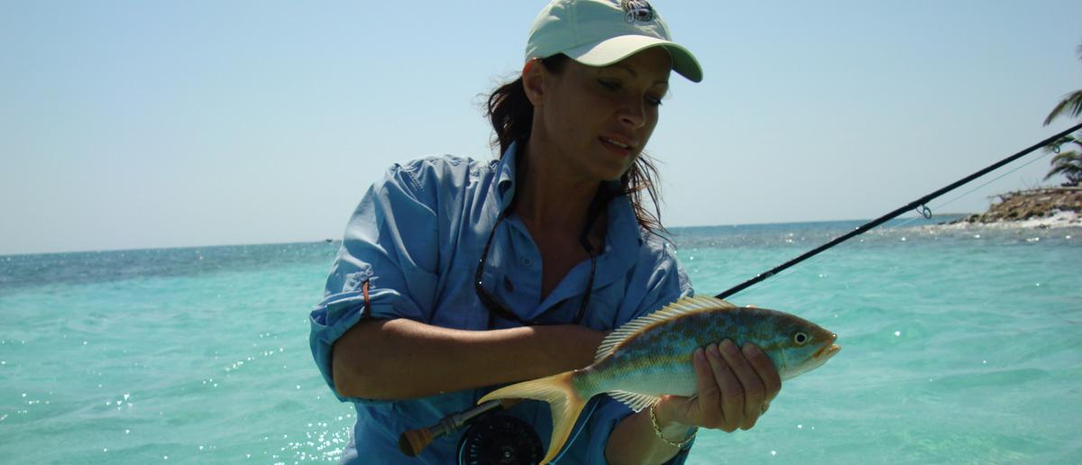 Mirjana Pavlic beim Fliegenfischen im Salzwasser, bei der Scientifc Anglers SharkWave Fliegenschnur-Serie finden Sie auch hierfür die passende Fliegenschnur.
