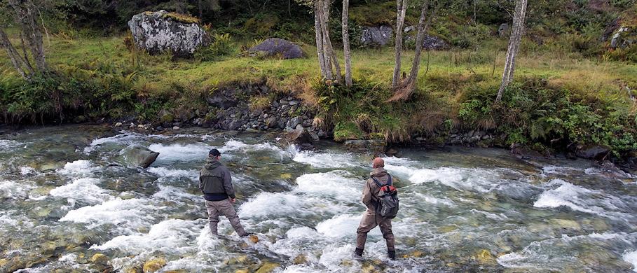 Bei längeren Touren und schlechtem Wetter transportiert ein Simms Dry Creek Rucksack eine Unmenge an Material und Ausrüstung vor den Witterungseinflüssen geschützt beim Fliegenfischen. Erhältlich ist der Simms Dry Creek Rucksack bei FFE.