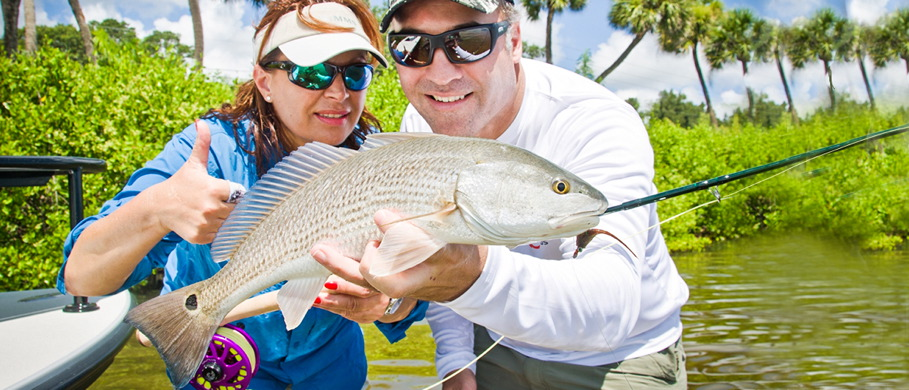 Mirjana Pavlic und Kristen Mustad mit einem Redfish, gefangen mit einer Nautilus NV-G und einer Winston Fliegenrute.