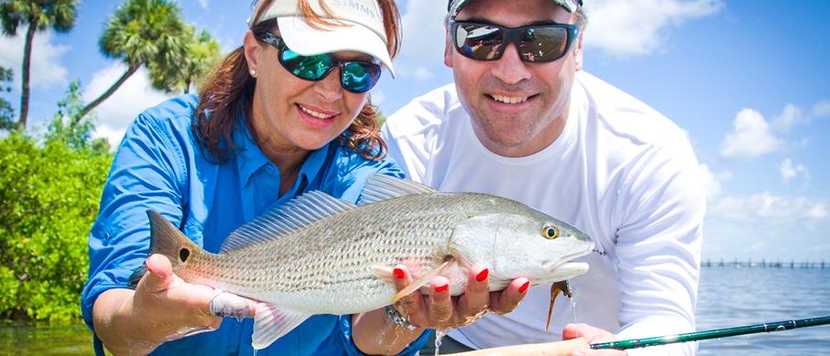 Beim Spotten dieses Redfish in Florida waren die Costa Polarisationsbrillen Mirjana Pavlic von Flyfishing Europe und Kristen Mustad von Nautilus Fly Reels eine große Hilfe.