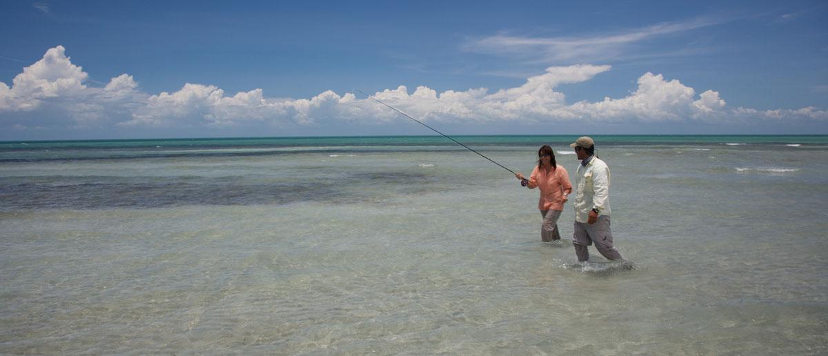 Mirjana Pavlic von Flyfishing Europe beim Waten auf den Flats vor Kuba - Fliegenfischen im Salzwasser ist ungemein spannend.