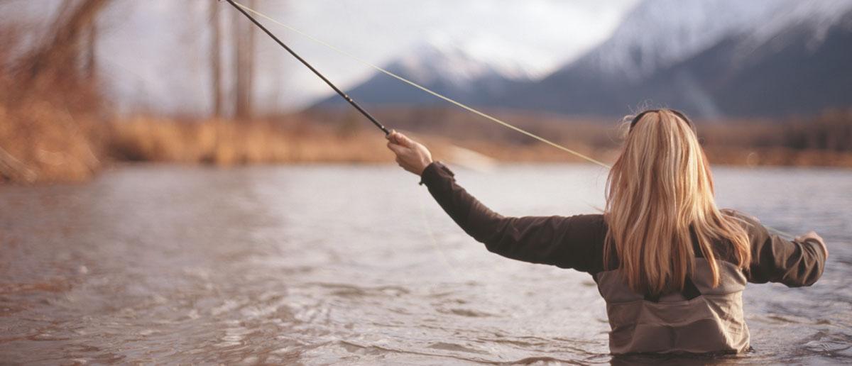 In der speziellen Simms Damen Watbekleidung fuehlen sich Frauen beim Fischen wohl