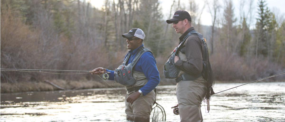 Befestigt an der Weste oder dem Chest Pack ein Watkescher sollte beim Fliegenfischen immer mitgefuehrt werden