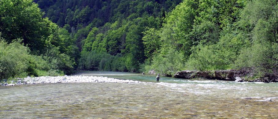 Fliegenfischen im klaren Fluss - ein gut aufbewahrtes Vorfach lässt sich schnell einsatzbereit machen. Flyfishing Europe