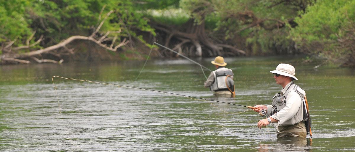 Simms Fliegenfischer-Westen im Einsatz am Wasser