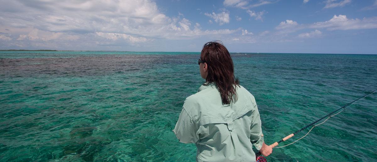 Mirjana Pavlic von Flyfishing Europe beim Spotten eines Fisches in der Karibik. Eine Teeny Salzwasser-Fliegenschnur ist dabei die erste Wahl.
