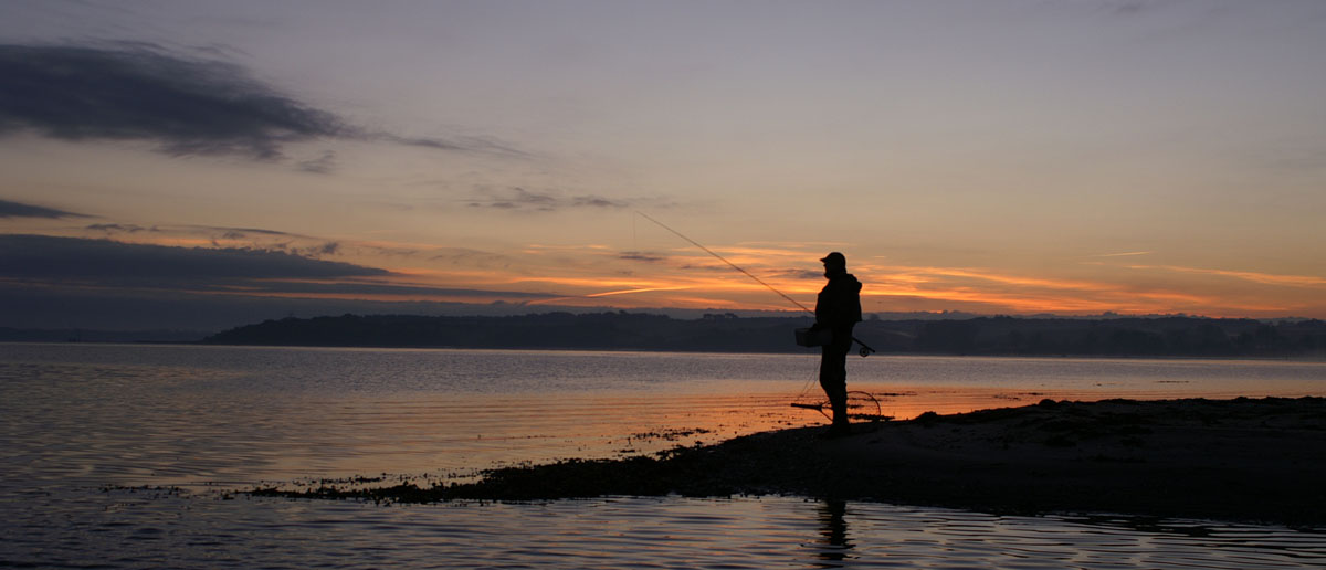 Abendstimmung beim Fliegenfischen auf Meerforelle. Wenn man im Wasser dann kaum noch etwas sehen kann, ist die wasserdichte Unterbringung des Gerätes für den Fliegenfischer besonders wichtig. Flyfishing Europe