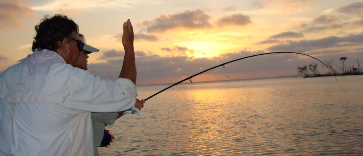 Mirjana Pavlic im Drill eines großen Fisches an der Fliegenrute
