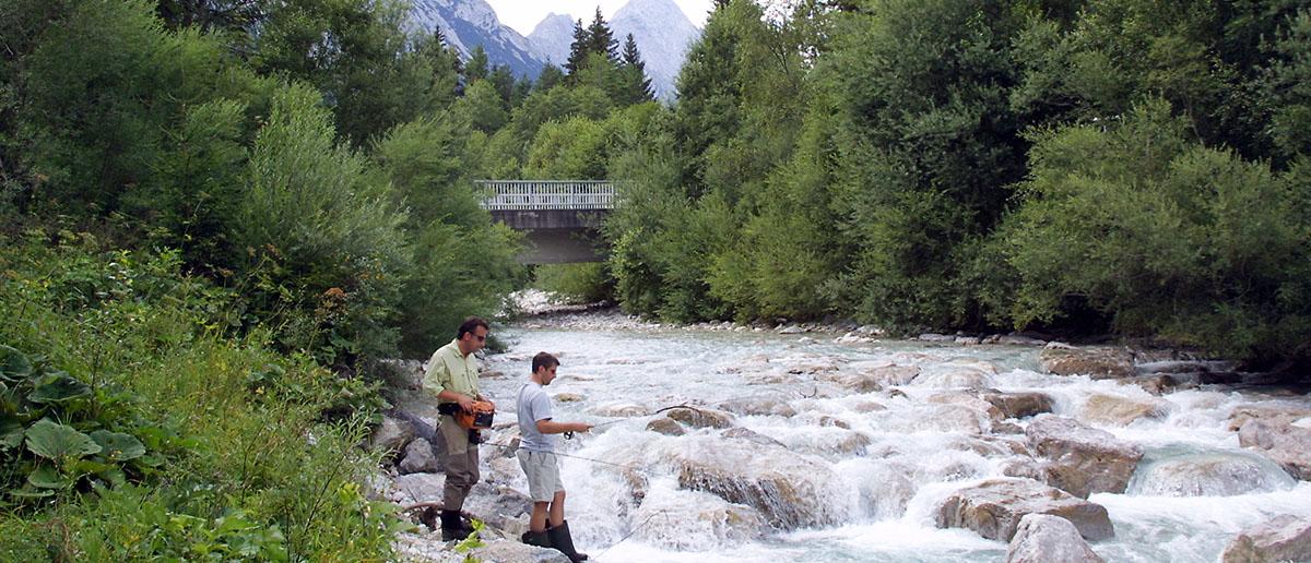 Fliegenfischen am Bergbach hier sollte der Schnurclip immer griffbereit sein