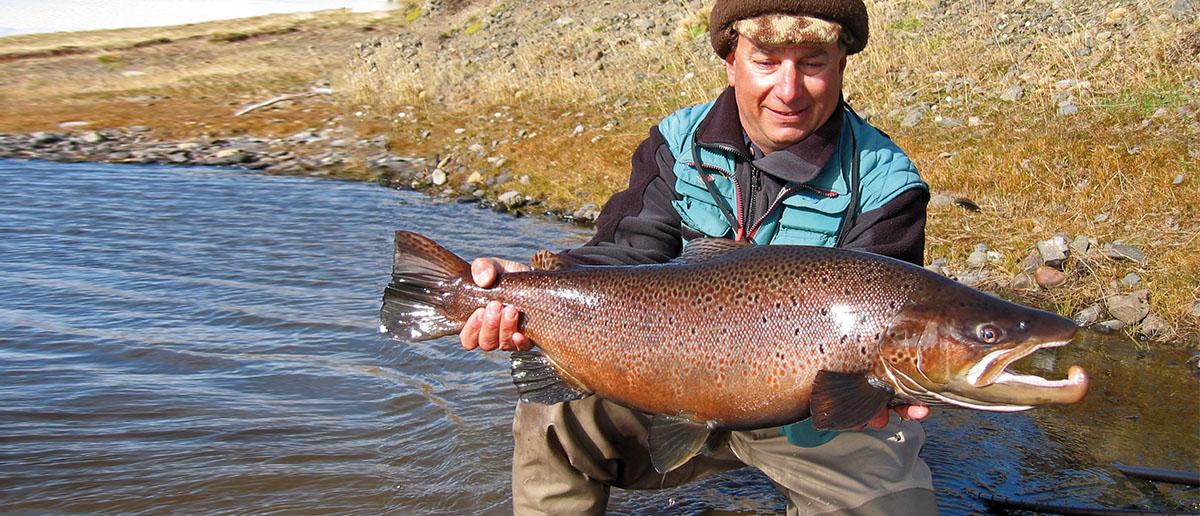 Dank dem richtigen Fliegenvorfach hat Jim Teeny diesen beeindruckenden Fisch erfolgreich gelandet.