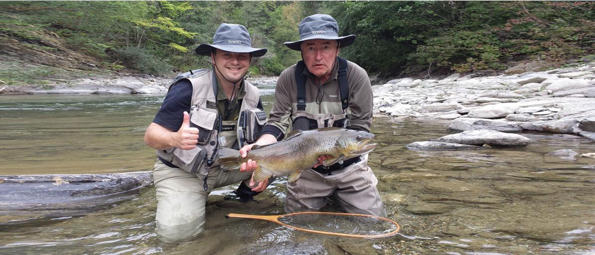 Der richtige Schutz, ob vor Sonne oder Regen, durch Simms Caps und Hüte lässt Sie den Fang eines solchen Fisches erst richtig genießen