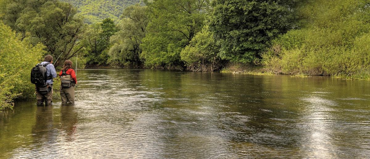 Das erfolgreiche Befischen eines Flusses mit verschiedenen Vorfächern, Mirjana Pavlic macht es vor.