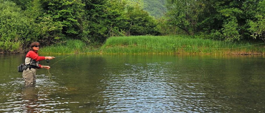 Mirjana Pavlic beim Fischen, ein perfektes Vorfach verbessert auch die Flugeigenschaften der Fliegenschnur.