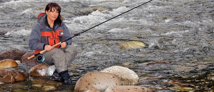 Mit dem Schusskopf auf Lachs - Mirjana Pavlic von FFE fischt intensich mit dem Schussskopf an der Zweihand-Fliegenrute.