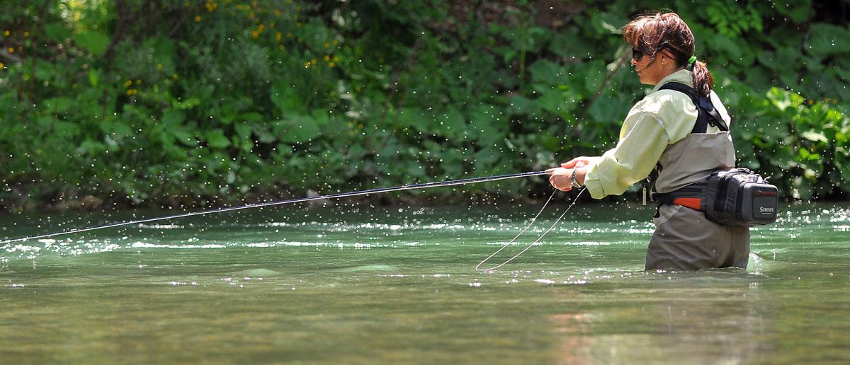 Ein praktisches Hip Bag zum Fliegenfischen ersetzt für Mirjana Pavlic vollwertig die klassische Fliegenweste und sorgt im Sommer für angenehme Temperaturen. Flyfishing Europe