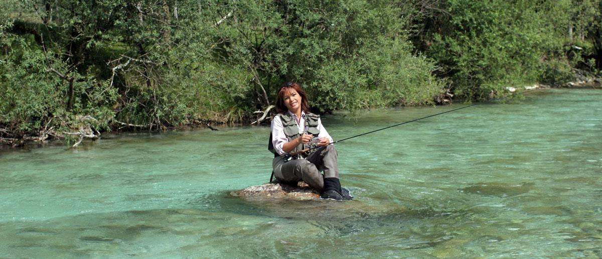 Mirjana Pavlic mit Ihrer Winston MP1 beim Fischen in Slowenien.