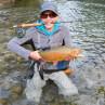 EOS Fliegenrolle im einsatz beim Fliegenfischen mit glücklichem Fänger und schöner Forelle. Flyfishing Europe