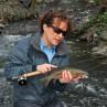 Mirjana Pavlic beim Fischen mit einer Saracione Mark IV Trout Fliegenrolle, Flyfishing Europe